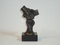 mini-urn-drie-handen-verbonden-in-brons