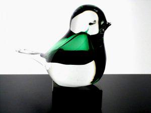 mini urnen met glazen vogels