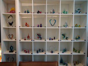 glasobjecten druppels harten.JPG urnen-van-glas.JPG urnen-glas-kleur.JPG lake-76899_960_720.jpg kleine-urnen-glas.JPG glazen-urnen-modern.JPG glasobjecten-kunst-galerie-arte-designo.JPG